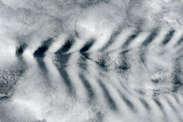 Những đám mây dày đặc che phủ Ấn Độ Dương bị chia rẽ khi gặp đỉnh cao nhất của đảo Amsterdam ở độ cao 867m.