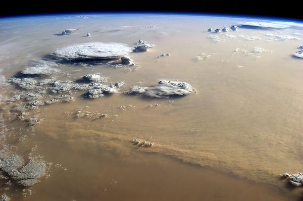 Bức ảnh được chụp từ Trạm Vũ trụ quốc tế vào thời điểm bụi từ sa mạc Sahara đang nhấn chìm Châu Phi.