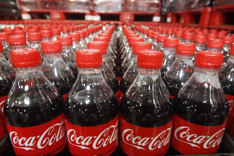 Hai công ty nước giải khát lớn Pepsi, Coca-Cola đang đối mặt với khó khăn