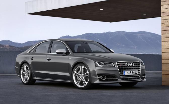 Audi S8 tạo nên sự khác biệt với A8 bởi cánh gió lớn phía sau