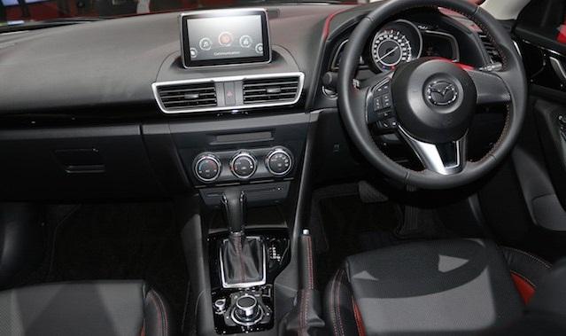 Về nội thất, xe Mazda 3 Racing Series lấy tông màu đen làm chủ đạo