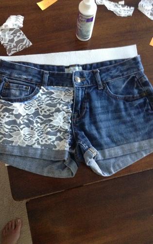 Sự kết hợp giữa ren mềm mại và quần jeans bụi bặm là một chiếc quần short thật ngọt ngào mà không kém phần cá tính.