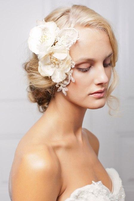 Hoa cài tóc bằng vải là một phụ kiện cô dâu đang được ưa chuộng