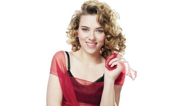 """Scarlett Johansson là một người mẫu, nữ diễn viên và ca sĩ sinh ra tại thành phố New York, Mỹ. Cô bắt đầu sự nghiệp của mình trong bộ phim """"North"""" năm 1994. Cô đã được đề cử cho hai giải thưởng Quả cầu vàng năm 2003."""
