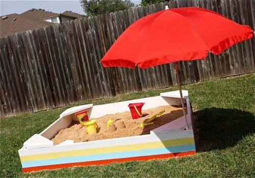 Bố mẹ có thể làm bãi cát mini để tặng quà 1/6 cho bé