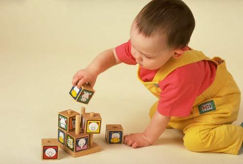 Bố mẹ có thể chọn quà 1/6 cho bé từ 1 đến 3 tuổi là đồ chơi hình khối nhiều màu sắc