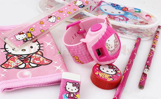 Bộ dụng cụ học tập đồng màu sẽ khiến các bé vô cùng thích thú, đặc biệt là bé gái