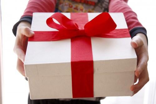 Nhiều phụ huynh học sinh băn khoăn không biết tặng quà 8/3 gì cho cô giáo