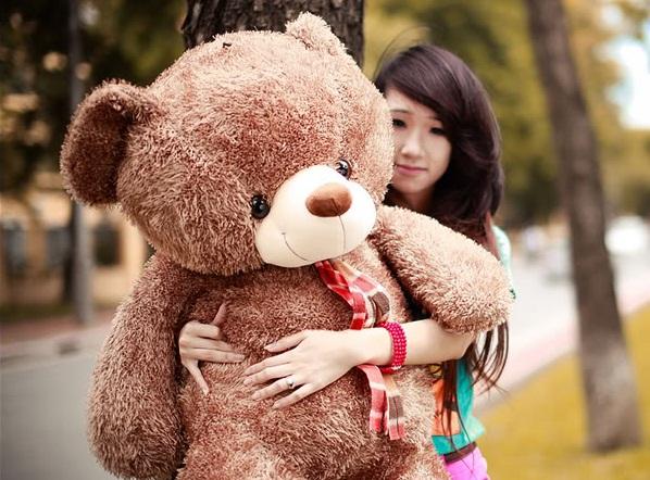 Kết quả hình ảnh cho cô gái và gấu bông