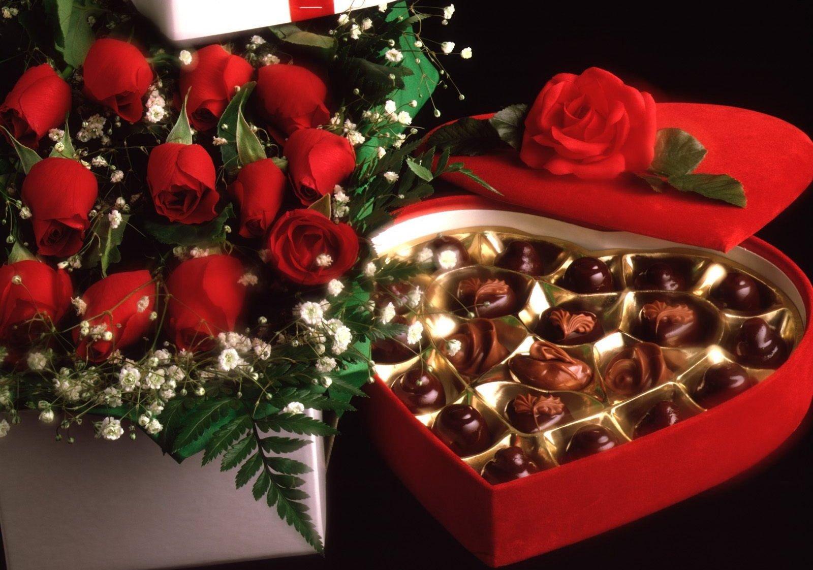 Hoa hồng và socola là món quà tặng Valentine được nhiều người lựa chọn