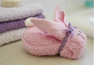 Kéo dựng 2 đầu khăn lên sẽ có hình dạng chú thỏ cơ bản