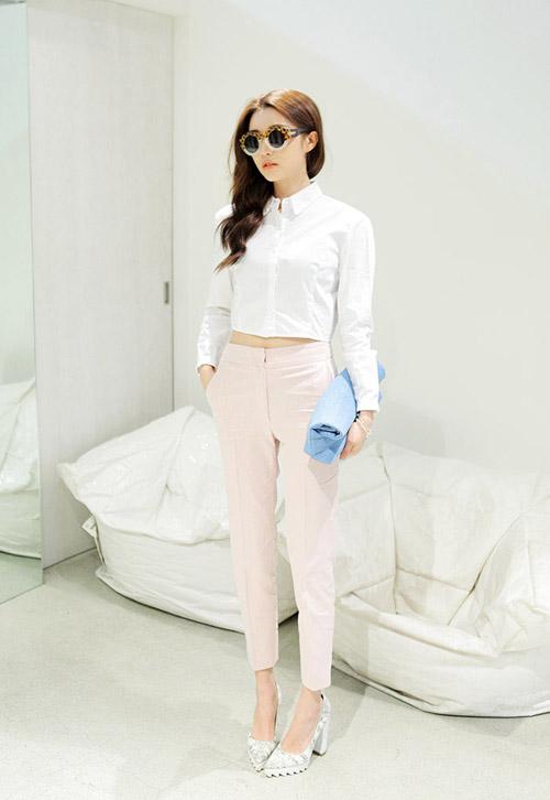 Các nàng có thể mix quần baggy với áo crop top sơ mi theo phong cách white on white
