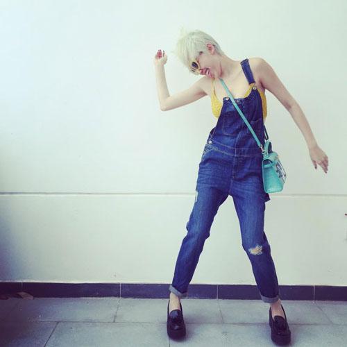 Tóc Tiên chứng tỏ mình là một cô nàng sành điệu với quần yếm jean và crop top hai dây
