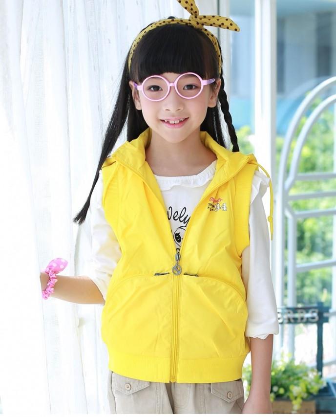 Áo sát nách cũng là một món đồ được ưa chuộng trong xu hướng quần áo mùa đông 2014 cho bé gái