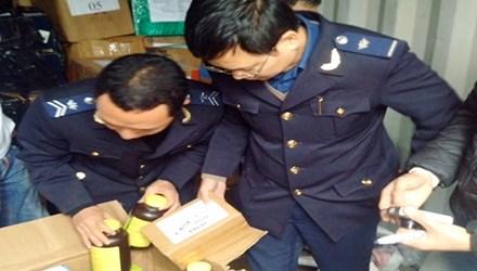 Lực lượng chức năng đang kiểm tra số rượu lậu