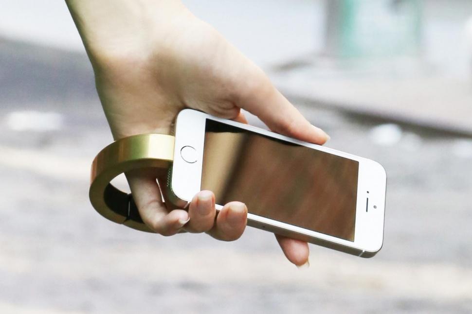 sạc điện thoại đeo tay độc đáo và tiện lợi