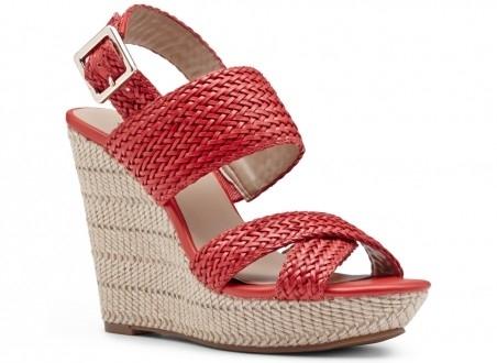 Sandal đế xuồng: Đứng đầu trong danh sách những đôi sandal được yêu thích nhất mùa hè này là kiểu sandal đế xuồng. Loại sandal này được thiết kế với đế cao tầm 5-7 cm, thường được bện cói, có màu sắc trung tính kết hợp cùng quai sandal màu sắc sặc sỡ nổi bật. Phối sandal đế xuồng cùng với quần short kaki hay denim và áo sơ mi dáng rộng sẽ rất lên dáng cho các bạn nữ, vừa trẻ trung lại vừa gợi sự nữ tính.