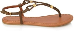 Sandal truyền thống: Phong cách nhỏ nhắn và đơn giản của sandal truyền thống thích hợp đi cùng với váy maxi hoạ tiết đặc sắc. Màu sắc tươi mát cùng với những phụ kiện đính kèm trên sandal như các hạt đá lấp lánh sẽ rất bắt mắt khi bạn đi đôi giày này. Bạn có thể tìm kiếm đôi giày kiểu này từ thương hiệu Forever 21.