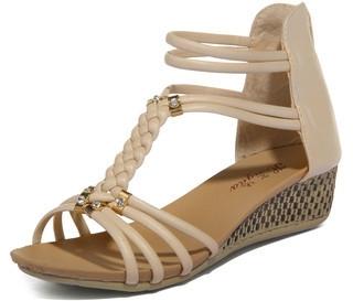 Sandal phá cách: Xuất hiện trong danh sách các mẫu sandal của thương hiệu Yes Style, kiểu sandal này có phần đế độn lên một chút và phần đầu hơi cao. Sự tinh tế trong từng chi tiết tạo nên vẻ đẹp hoàn mỹ của loại sandal này.  Từ dây giày bện, những hạt đá, phụ kiện vàng lấp lánh, kết cấu đồng nhất, chiếc sandal này tuy có nhiều chi tiết nổi bật riêng lẻ, nhưng tất cả hoà quyện với nhau để tạo ra một sản phẩm tuyệt vời cho chị em phụ nữ.