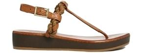"""Sandal da cổ điển: Những đôi sandal Bertie Jar da cổ điển mang đến sự thoải mái khi đi. Đôi sandal này gần như là sự lựa chọn tuyệt vời cho việc đi dạo phố một cách thoải mái. Phối sandal da cổ điển với quần denim, áo sơ mi oversized và một chiếc túi xách """"bụi bặm"""" luôn là ý tưởng hay cho chị em phụ nữ."""