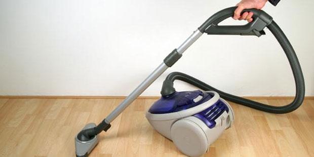 Sử dụng máy hút bụi để làm sạch sàn gỗ