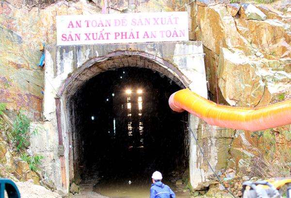 Công tác khoan để đưa đường ống bơm oxy vào đường gặp sức khó khăn do địa chất là bùn nhão lẫn với đất đá, bêtông, sắt thép.