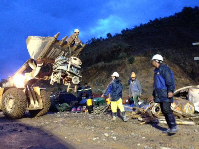 5h sáng 17/12 thêm xe ủi được đưa đến hiện trường.