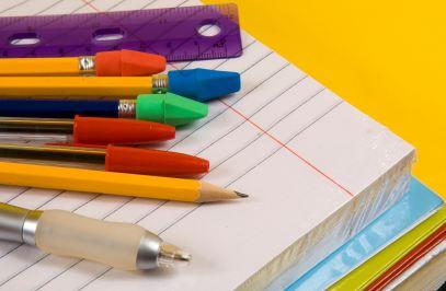 Bút chì, bút bi, vở, thước kẻ,... l� những đồ dùng học tập cơ bản
