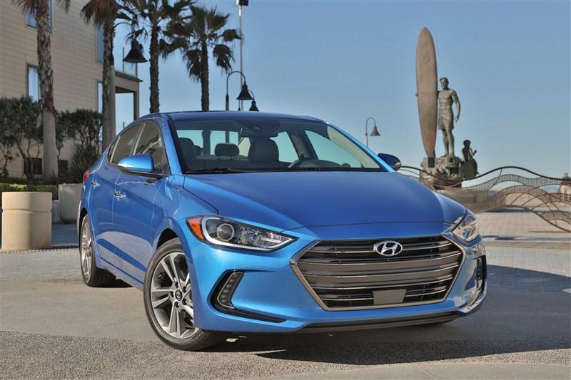So sánh ô tô Hyundai Elantra 2017 và Honda Civic 2016 có nhiều điểm nổi bật về công nghệ