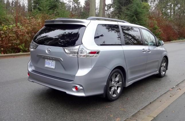 Tay lái trợ lực điện tử là một điểm mới ở Toyota Sienna 2015