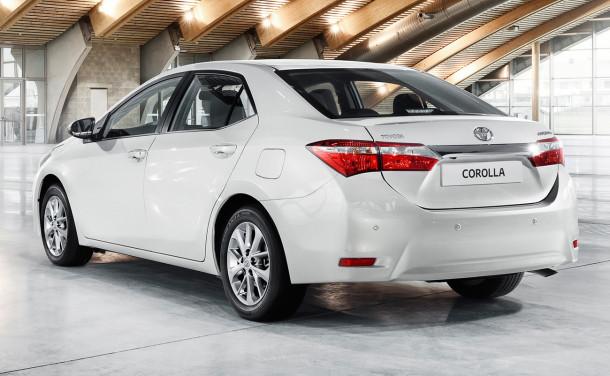 Nội thất của Toyota Corolla 2015 thiết kế pha trộn màu đen và be trang nhã và tinh tế