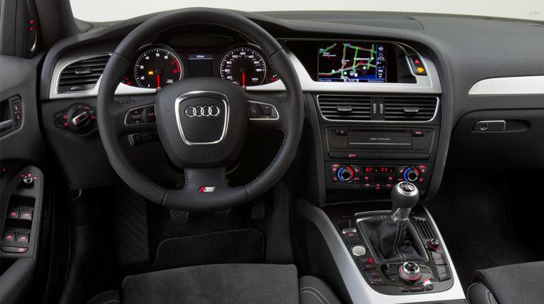 Ghế trước rộng rãi và thoải mái là điểm cộng của cả 3-Series và A4 khi so sánh xe ô tô