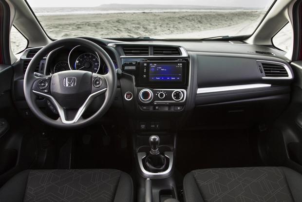 Khi so sánh xe ô tô của 2 ông lớn này, công nghệ tiên tiến trong mỗi khoang lái đều có những ưu thế riêng biệt