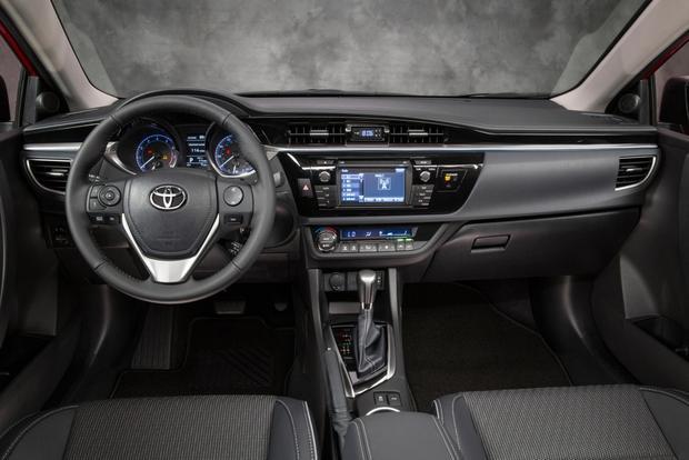 Cả 2 chiếc xe đều không hề tỏ ra kém cạnh khi so sánh xe ô tô về mặt công nghệ trong khoang lái