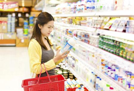 Nên chọn sữa cho bé của những thương hiệu uy tín để đảm bảo an toàn cho con trẻ