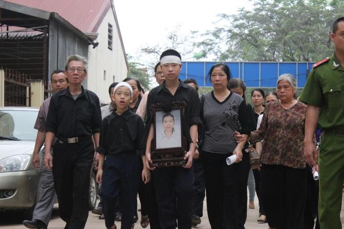 Ngày 14/4, phiên tòa xét xử vụ án thẩm mỹ viện Cát Tường diễn ra.Hai con trai của chị Huyền ôm di ảnh của mẹ đến tham dự phiên tòa, đi cùng là những người thân trong gia đình.
