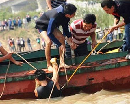 Trong suốt quá trình vụ án xảy ra, gia đình chị Huyền đã phải chi một khoản tiền khổng lồ để thuê thợ lặn, thuê thuyền tìm xác chị Huyền trên sông.
