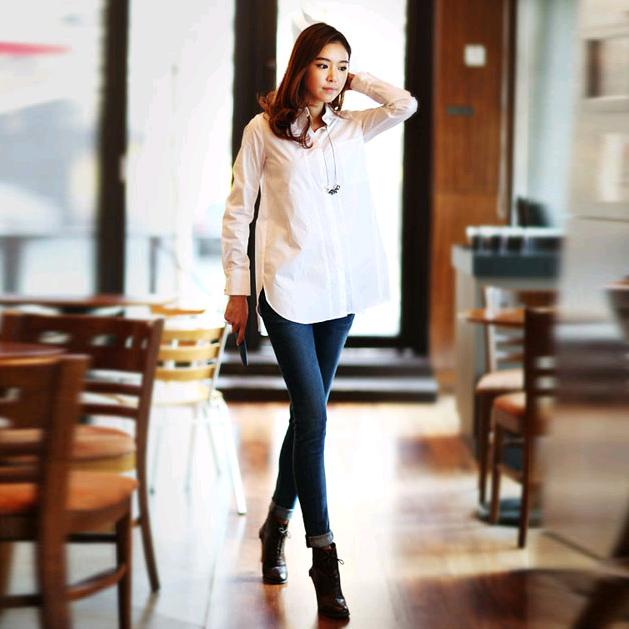 Thời trang công sở giản dị những không kém phần thu hút với sơ mi trắng và quần jeans