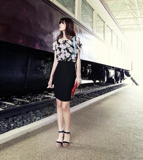 Chân váy bút chì màu đen và áo hoa là một bộ đôi ăn ý