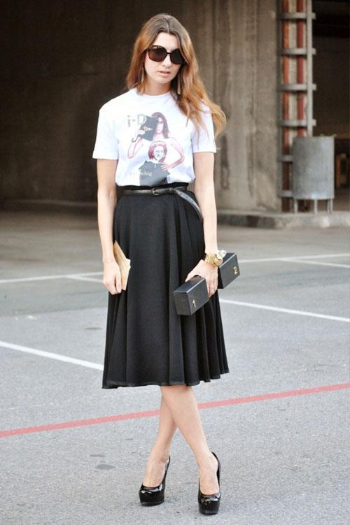 Các nàng có thể phối áo phông với chân váy midi đen cả đi làm và đi chơi