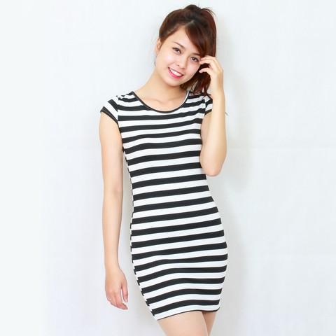 Bạn gái sẽ trẻ trung và quyến rũ hơn với váy liền kẻ ngang