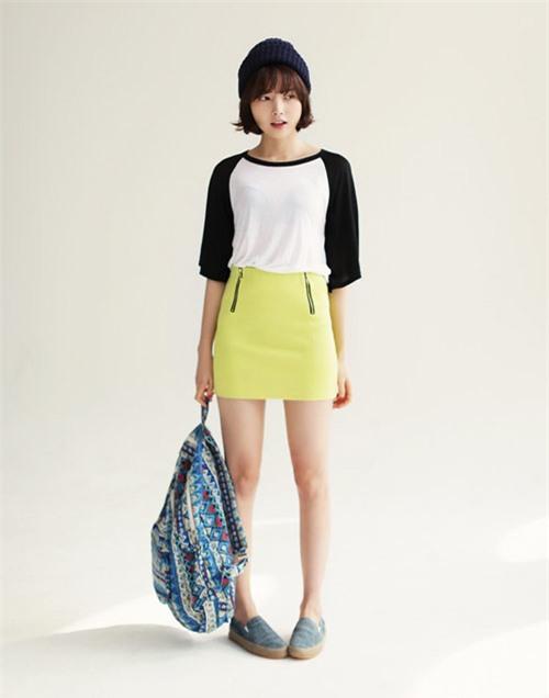Các cô nàng trẻ trung có thể diện chân váy với áo phông và giày thể thao