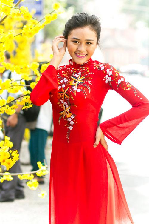 Áo dài đỏ thêu hoa cách điệu vừa nổi bật vừa trẻ trung, cuốn hút