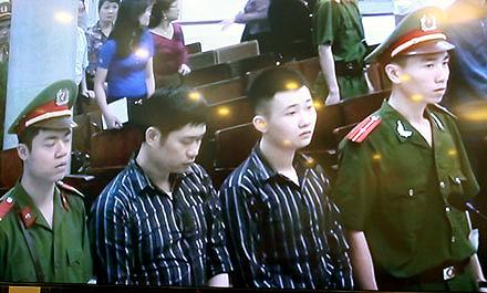 Bác sĩ Nguyễn Mạnh Tường và nhân viên bảo vệ Đào Quang Khánh tại phiên xử vụ Thẩm mỹ viện Cát Tường ngày 14/4.