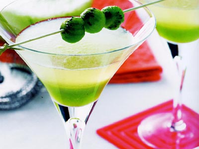 Ngâm trà bạc hà trong rượu mạnh mang đến hương vị cocktail hấp dẫn