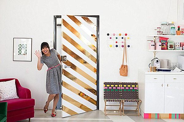 Cách làm đơn giản để có một món đồ trang trí nhà đón Tết nữa là dùng giấy mạ vàng trang trí cho chiếc cửa thêm bắt mắt