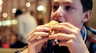 Ăn nhiều hamburger và đồ ăn nhanh ở tuổi vị thành niên khiến trẻ kém thông minh hơn