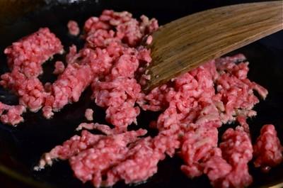 Bước 2: Đặt chảo dầu lên bếp, khi dầu nóng, bạn cho thịt vào đảo đều đến khi thịt chín thì tắt bếp.Cho thịt vào chảo nóng với ít dầu, xào sơ đến khi thịt chuyển màu nâu và chín thì bạn cho ra bát.