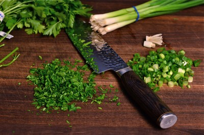 Bước 3: Rửa sạch hành lá và mùi tây rồi xắt nhỏ.