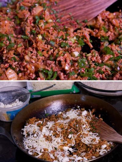 Bước 4: Đặt chảo dầu lên bếp, khi dầu nóng cho kim chi vào đảo đều trên ngọn lửa vừa trong 6 phút, thêm thịt, hành lá và mùi tây vào xào sơ một lượt rồi tắt bếp. Cuối cùng, thêm phô mai sợi vào, trộn đều.